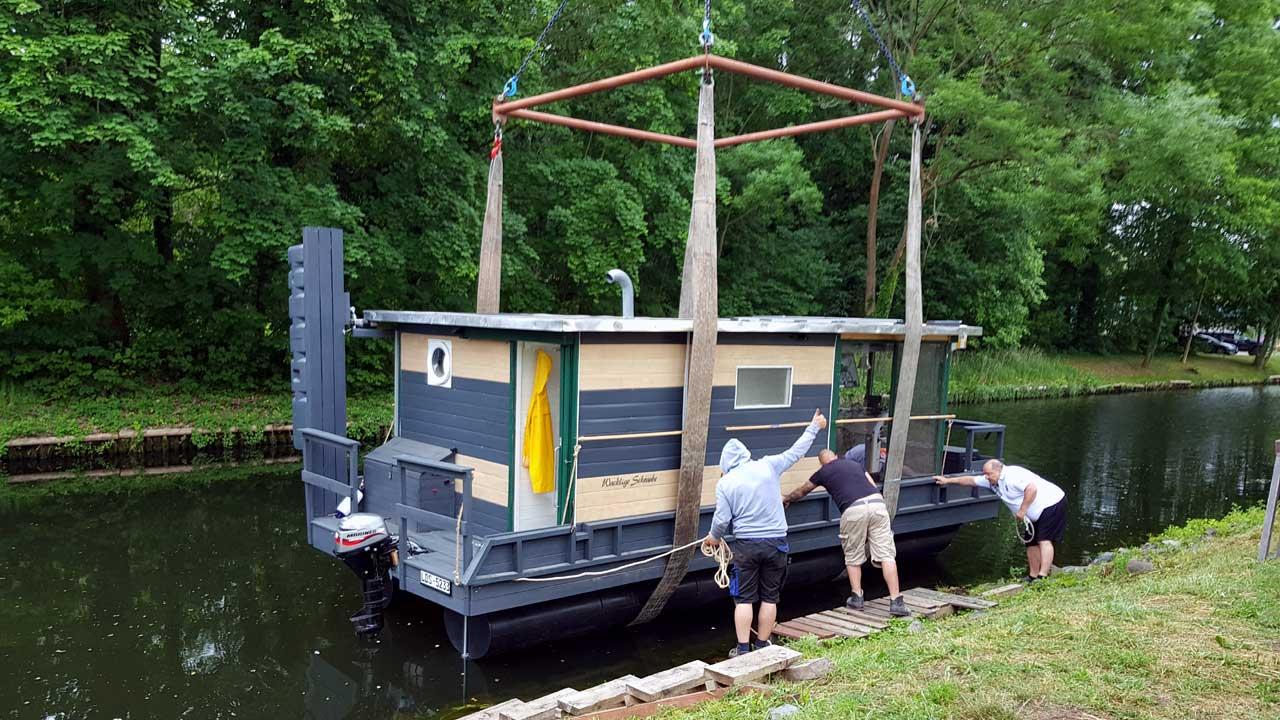 Kranservice für Hausboote bei Jacko-Werft