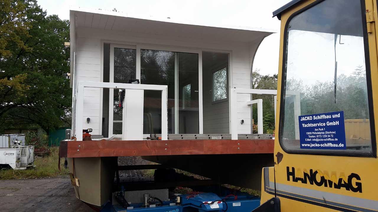 Hausbootbau - Wasserung des Hausbootes