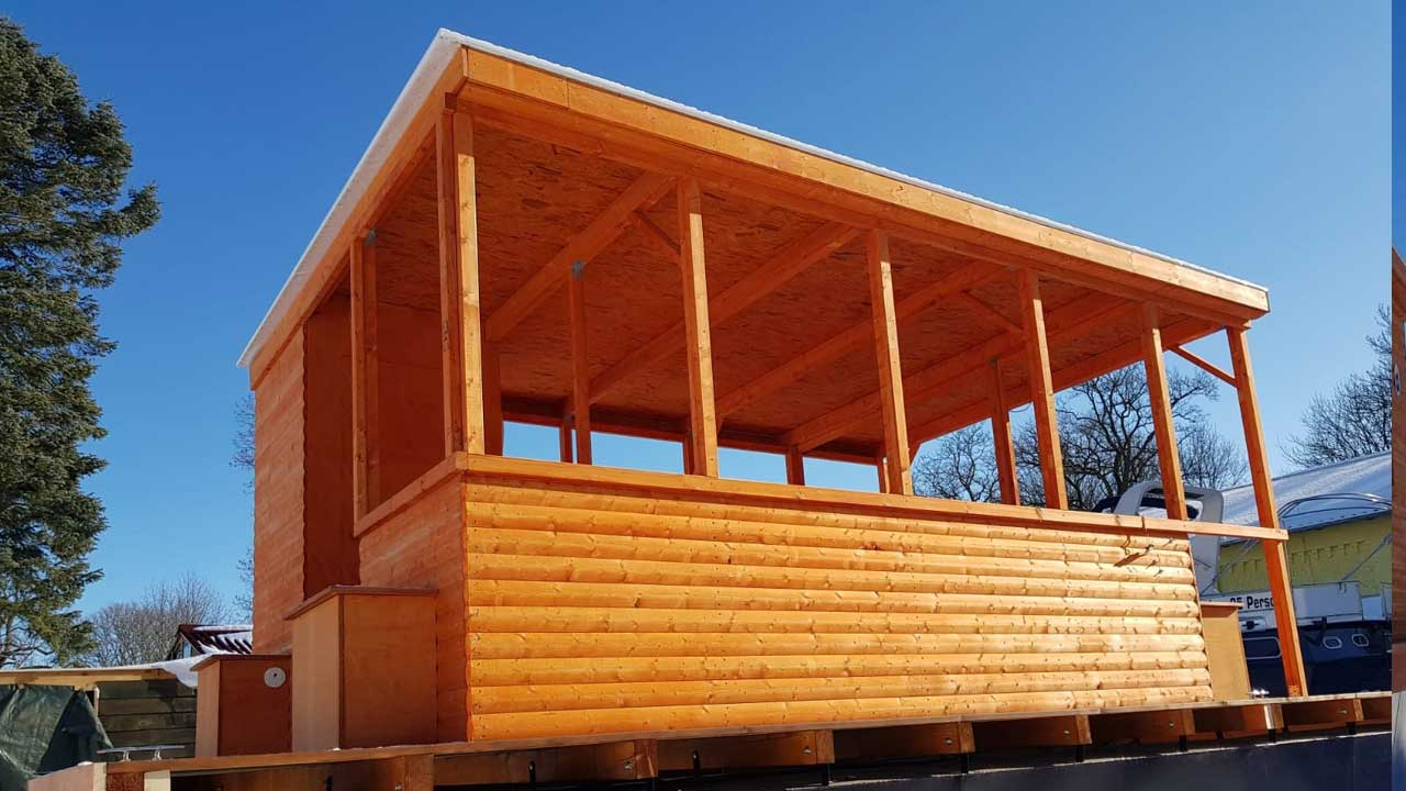 Holzbau Kompetenz bei Jacko - Nützliche Holzaufbauten für Pontonschiffe