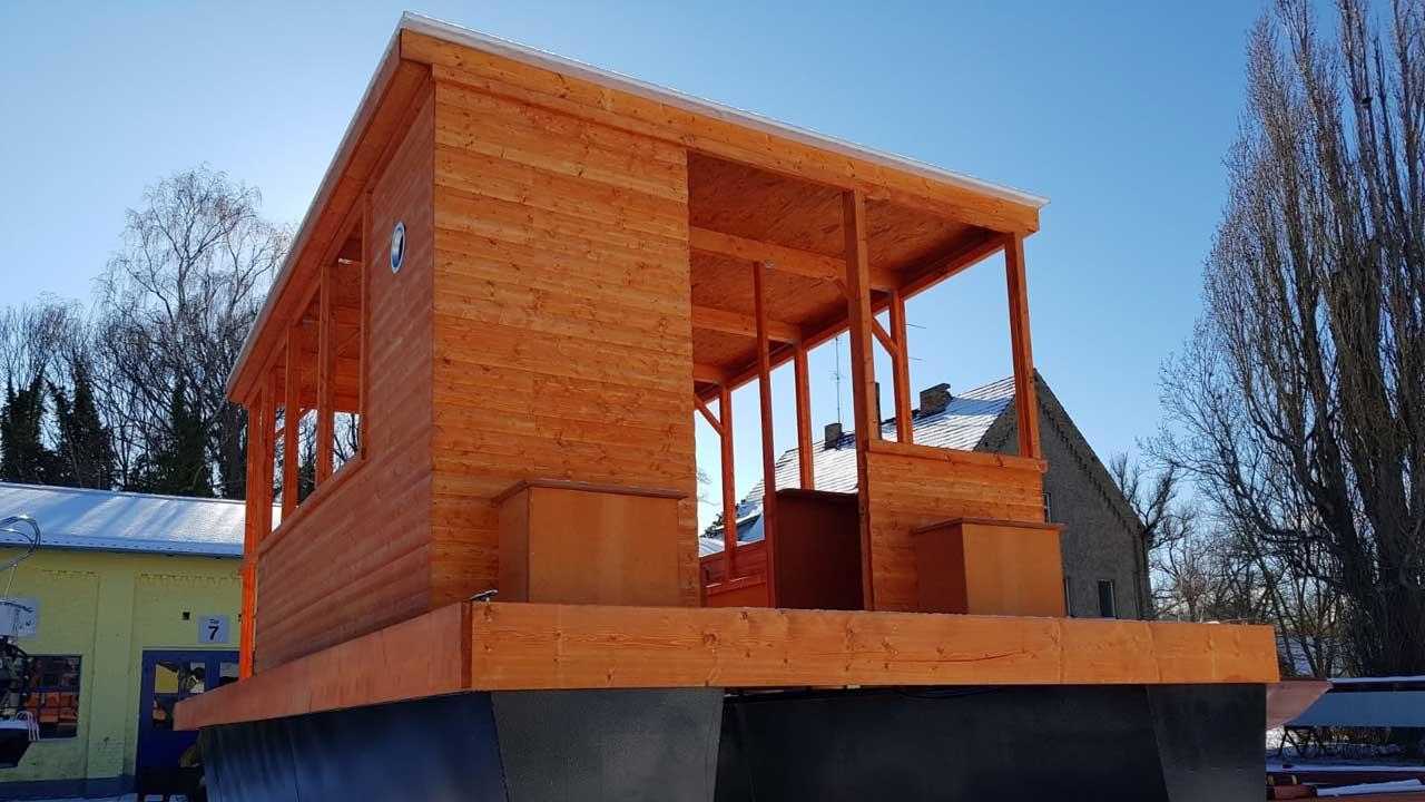 Qualitativ hochwertige Holzbauten und Aufbauten fürs Pontonschiff