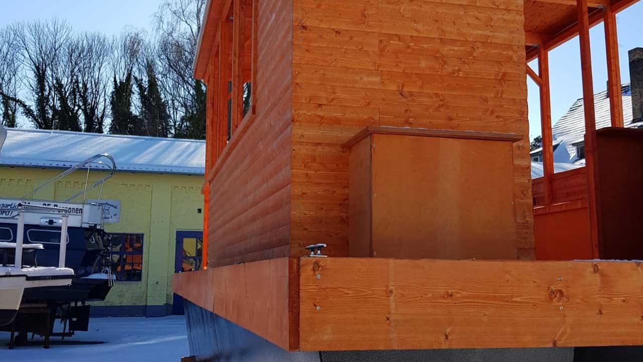 Schiffsaufbauten aus Holz für Urlaub und Freizeitspaß auf dem Wasser