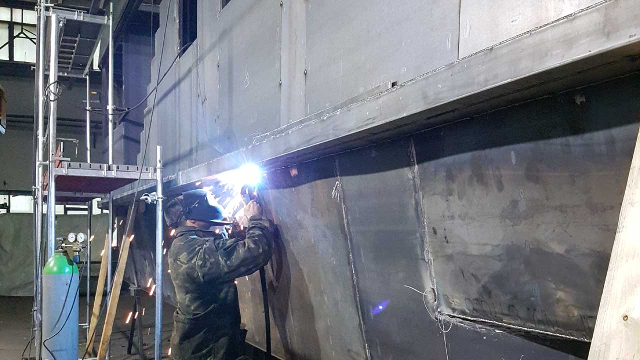 Stahlhausboot Bau in der Schiffswerft bei Jacko